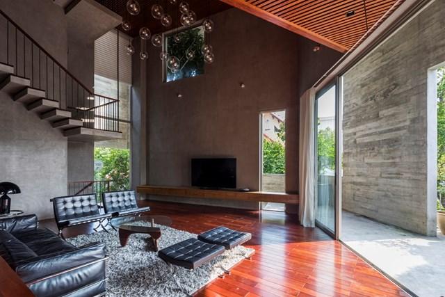 Mọi không gian trong nhà đều liên kết với cầu thang xoắn ốc chính. Cửa sổ lớn và cây xanh được bố trí dày đặc để gia chủ có thể tiếp cận được với thiên nhiên và quang cảnh thành phố từ nhiều góc độ khác nhau.
