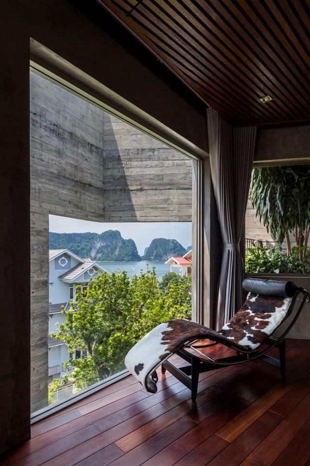 Một góc nghỉ ngơi của chủ nhà với tầm nhìn đắt giá ra Vịnh Hạ Long.