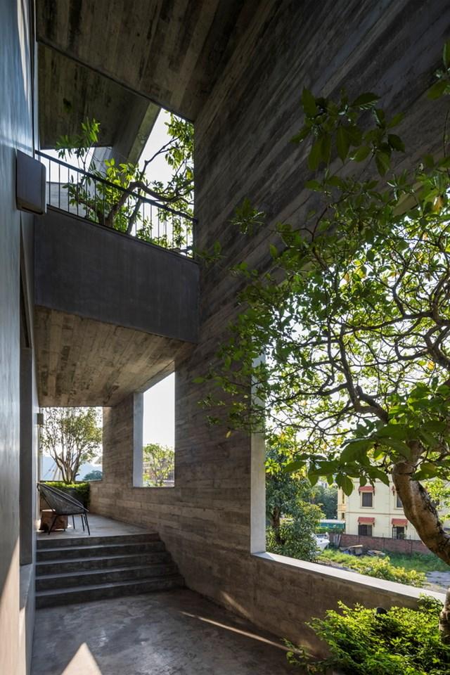 Cầu thang xoắn ốc bên ngoài - điểm kết nối chính giữa các không gian trong nhà.