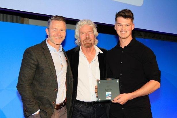 Ben Francis nhận giải thưởng từ tỷ phú Richard Branson (ở giữa) khi Gymshark lọt vào top100 công ty tư nhân Anh có doanh số bán hàng tăng trưởng nhanh nhất trong 3 năm qua. Ảnh: The Mirror