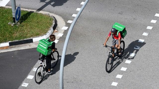 Nhân viên giao hàng trở thành nguồn nhân lực quan trọng trong thời gian giãn cách vì đại dịch.
