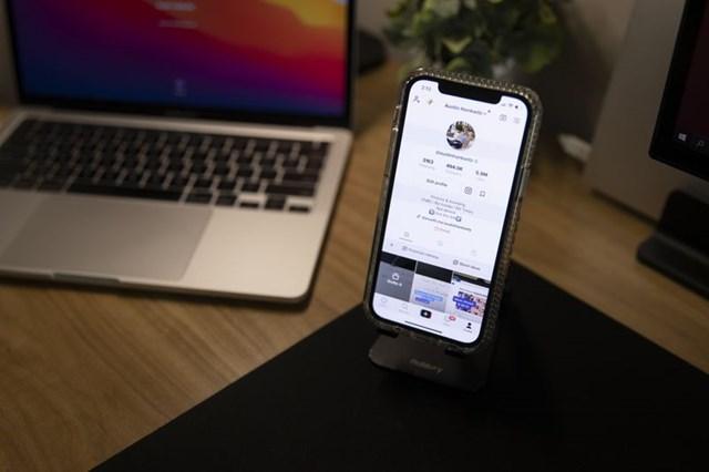 Chỉ với một chiếc điện thoại và máy tính, người sáng tạo có thể kiếm hàng trăm nghìn USD nhờ đăng tải các video chia sẻ kiến thức tài chính. Ảnh: Bloomberg.