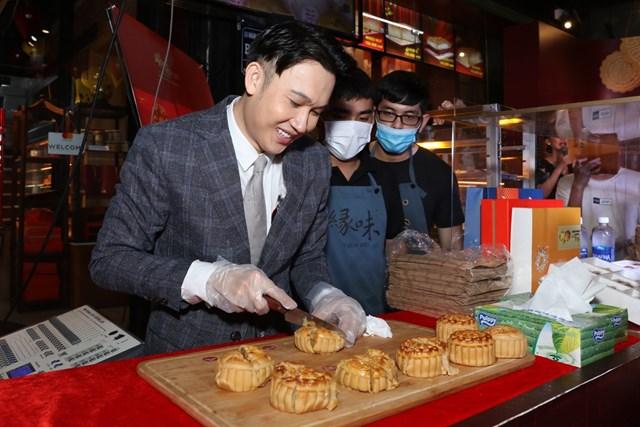Nam ca sĩ Dương Triệu Vũ ra mắt dòng bánh trung thu nóng.