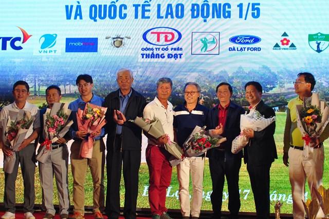 Bí thư tỉnh ủy Lâm Đồng Trần Đức Quận và Chủ tịch Hội golf Lâm Đồng Trần Đình Khánh tặng hoa cho các nhà tài trợ.