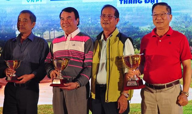 Trao giải cho các tay golf nam có thành tích xuất sắc.