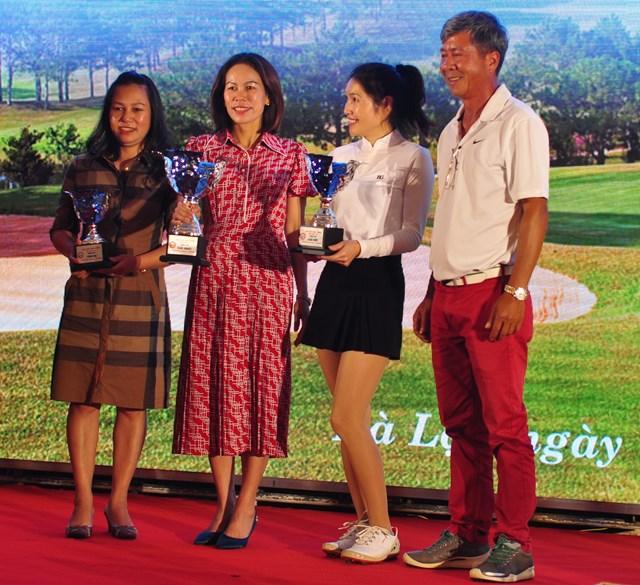 Chiếc cup vinh danh các golfer nữ có thành tích tốt nhất.