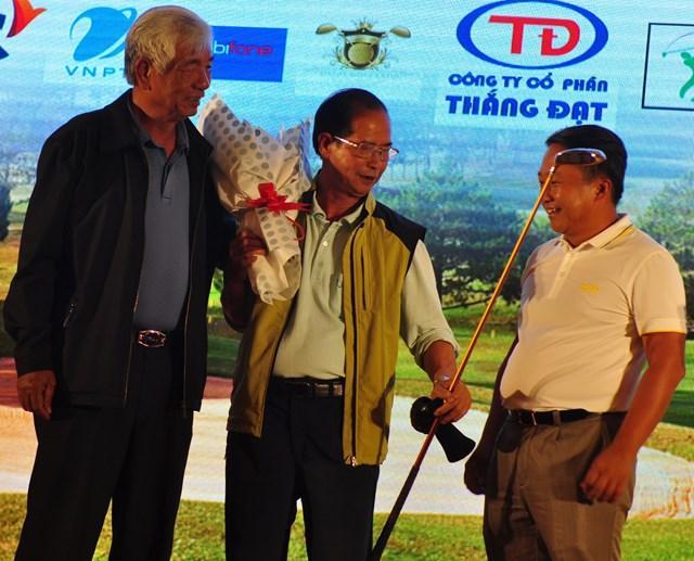 Chiếc gậy golf được đấu giá ủng hộ từ thiện tại lễ trao giải.