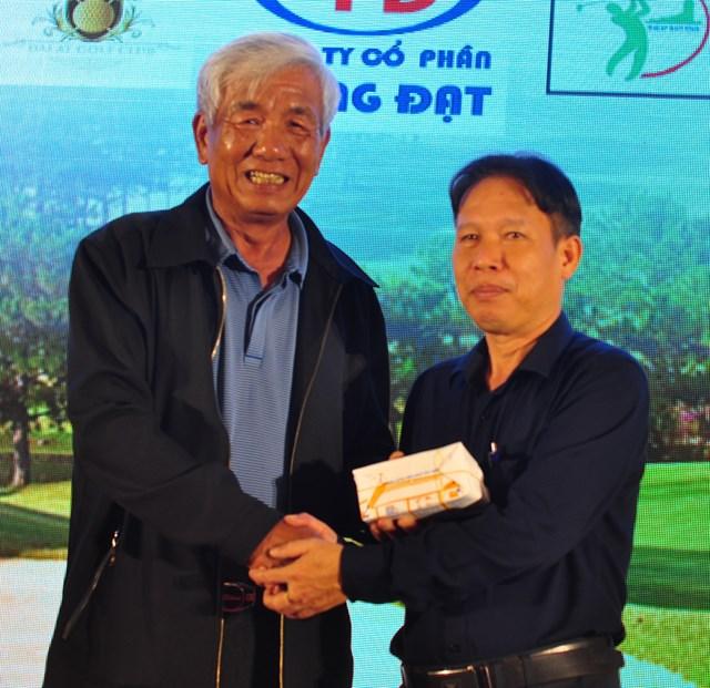 Chủ tịch Hội golf Lâm Đồng (trái) trao 338 triệu đồng ủng hộ xây nhà cho các gia đình khó khăn cho đại diện Ủy ban MTTQ huyện Đam Rông.