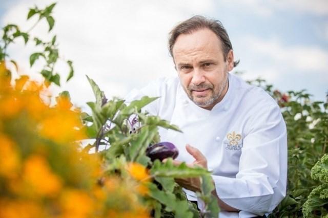 Bếp trưởng Thierry Drapeau luôn tự tay lựa chọn những thực phẩm tươi ngon nhất. Ảnh: Internet.