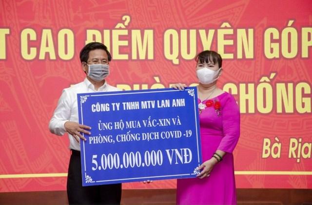 Bà Nguyễn Nam Phương, Tổng Giám đốc Công ty TNHH MTV Lan Anh trao tặng 5 tỷ đồng mua vaccine và phòng, chống dịch bệnh COVID-19 cho UBMTTQ Việt Nam tỉnh Bà Rịa-Vũng Tàu