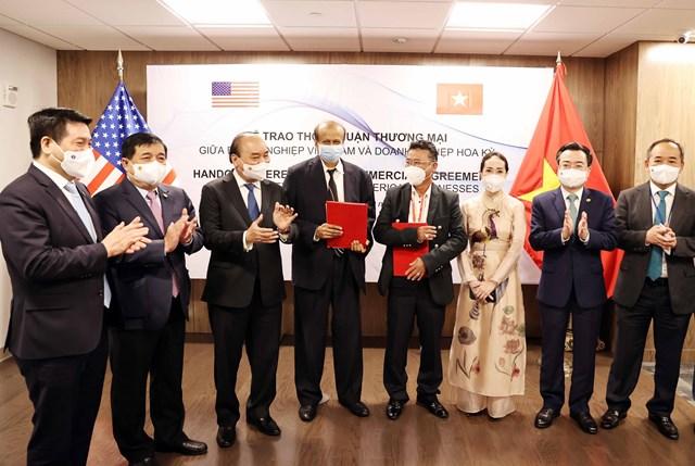 Chủ tịch nước Nguyễn Xuân Phúc tại buổi tiếp tập đoàn Quantum (Mỹ), cùng với đại diện Công ty Cổ phần Công nghệ Viễn thông Sài Gòn - Chủ tịch Đặng Thành Tâm và Tổng Công ty phát triển đô thị Kinh Bắc. Nguồn: SGT