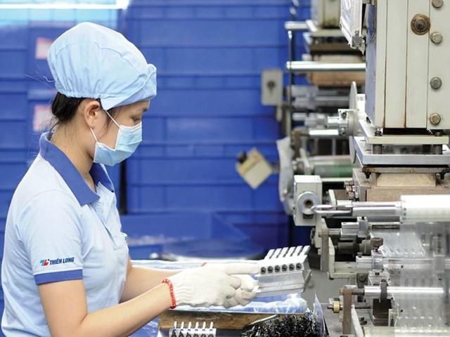 Công nhân trong nhà máy sản xuất bút bi Thiên Long. Nguồn: Internet