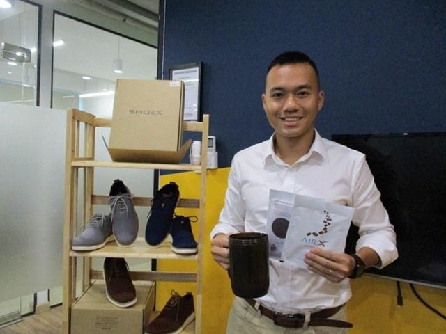 """""""Soái ca đóng giày 4.0 với các sản phẩm làm từ bã cà phê: khẩu trang, giày, ca đựng nước"""