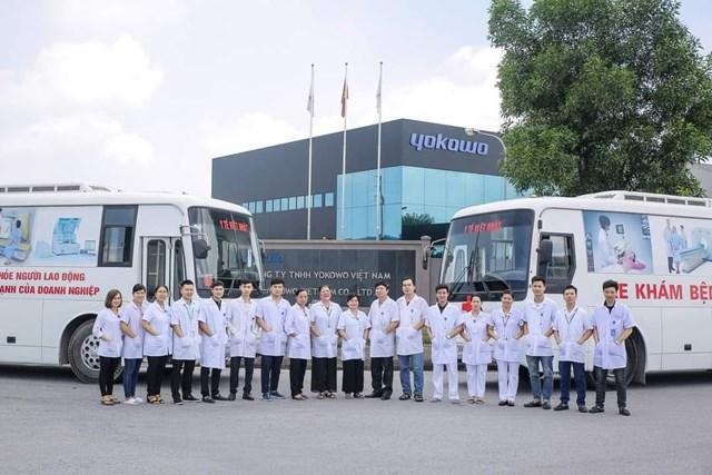 Đội ngũ bác sĩ và nhân viên y tế khám sức khỏe lưu động