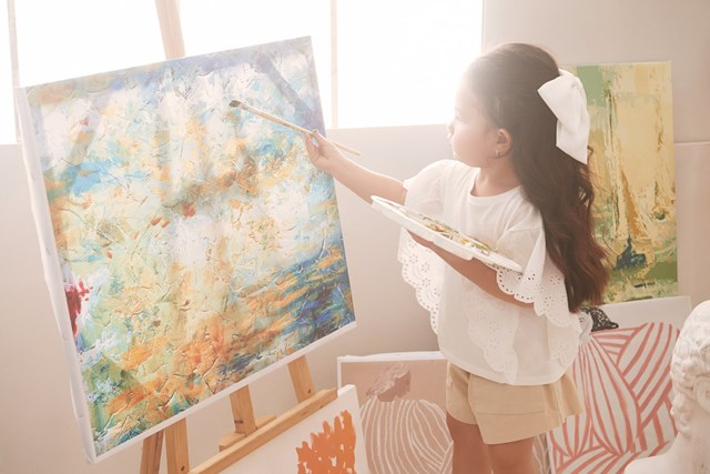 Sophia đã có dịp được thỏa thích đùa giỡn với các màu sắc của tranh, được mẹ Hằng dạy cách vẽ và cùng nhau đùa giỡn với những sắc màu rực rỡ.