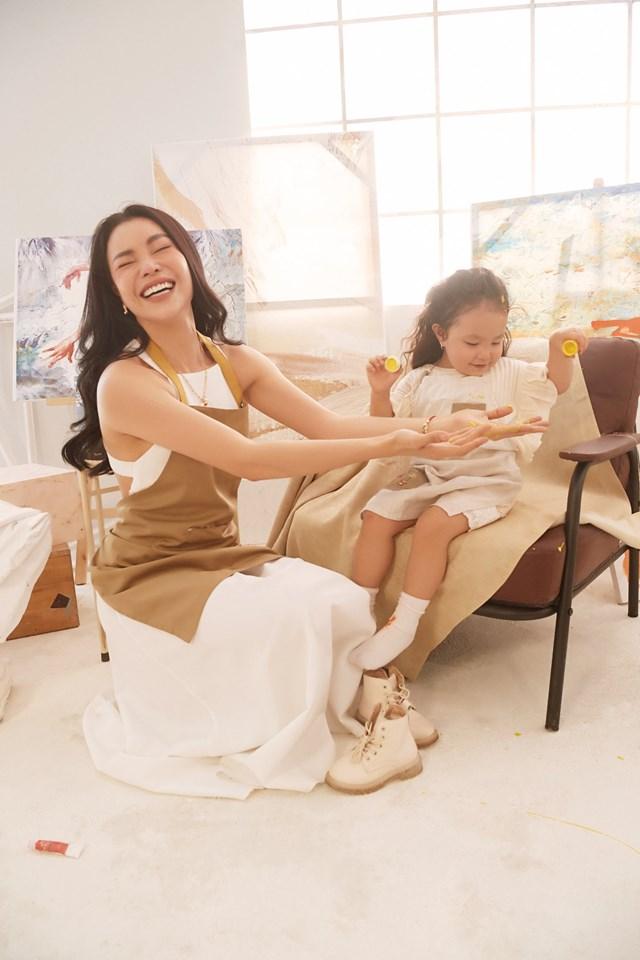 Hóa thân thành những nàng họa sĩ mộng mơ, mẹ con nữ ca sĩ đã có những giây phút thật sự vui vẻ cùng nhau.