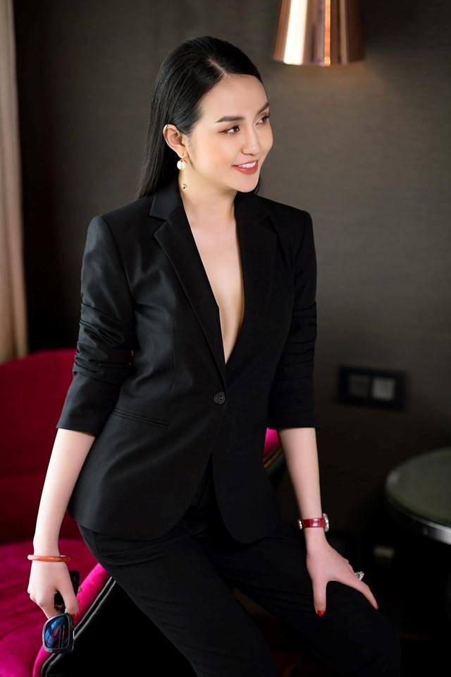 Trong ảnh, bà xã Tuấn Hưng chọn cách mix-match với tiêu chí đơn giản nhưng không đơn điệu.