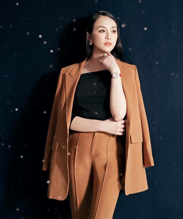 Nữ doanh nhân chia sẻ, mặc suit phom dáng rộnggiúp che bớt các nhược điểm như bắp tay và eo to, ngực nhỏ.