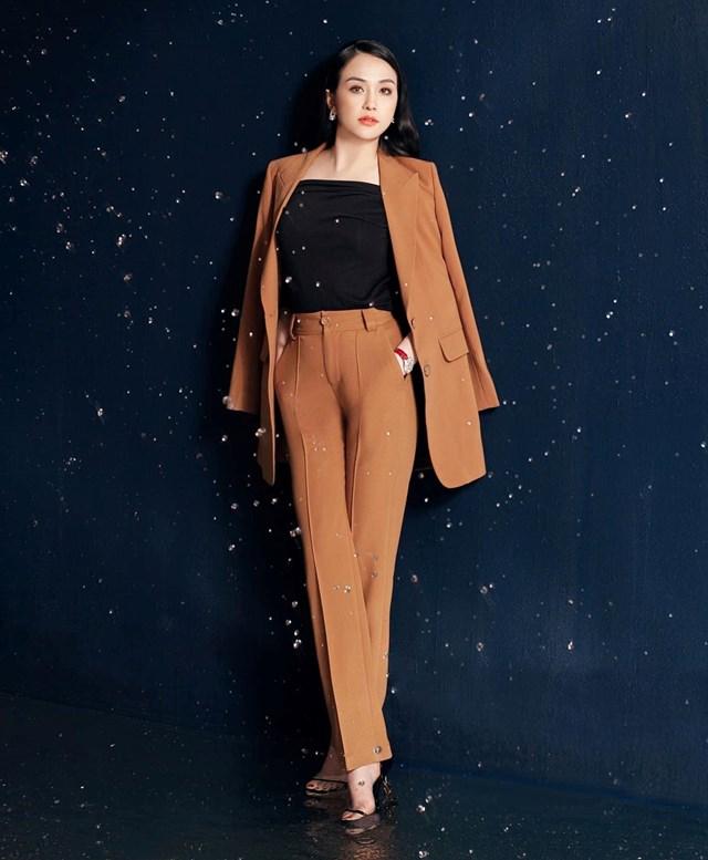 Theo Hương Baby, với những bộ suit trơn, cô chỉ mặc cùng áo màu trơn bên trongvà giày cao gót.