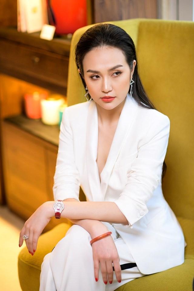 Phần lớn các trang phục cô chọn đều mang gam màu nổi bật như trắng, đen, đổthể hiện được hình tượng nữ tính, quyến rũ đầy kiêu hãnh cũng như mang tính ứng dụng cao.