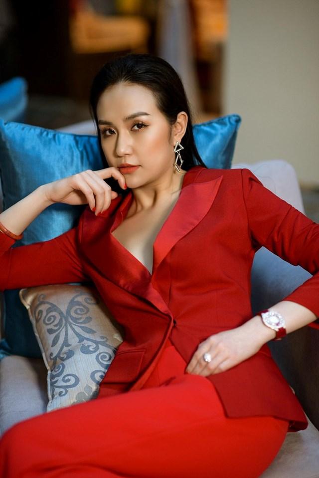 Với bộ suit trơn màu không cách điệu nhiều về phom dáng, chỉ cần chi tiết thắt eo cũng đủ giúp vẻ ngoài thêm ấn tượng.