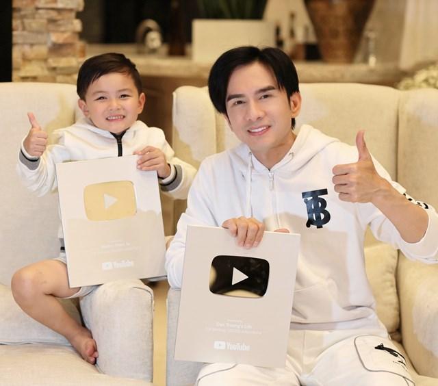 Đan Trường và con trai khoe thành quả nút bạc YouTube.