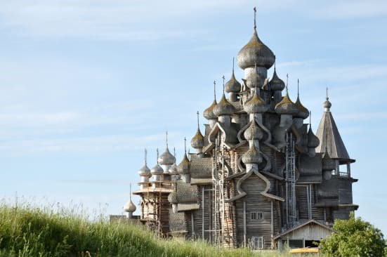 Nhà thờ gỗ trên đảo Kizhi xây dựng vào thế kỷ 18 mang dấu ấn mái vòm. Ảnh:Shutterstock.