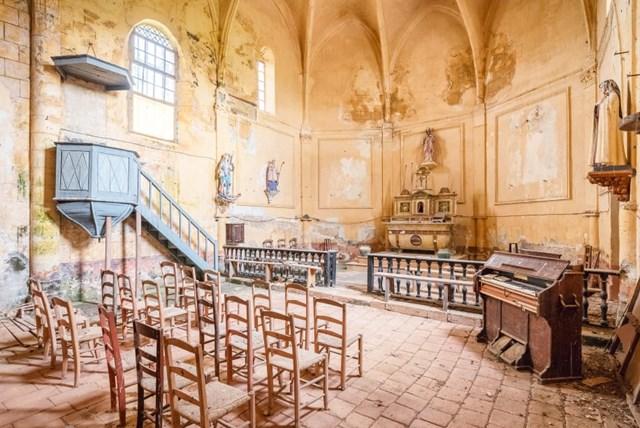 Các bức ảnh nghệ thuật ghi lại dàn nhạc cụ bị mục nát, những bờ tường phủ đầy rêu, phần trần nhà bị thủng khiến ánh nắng len lỏi trung tâm giáo đường.