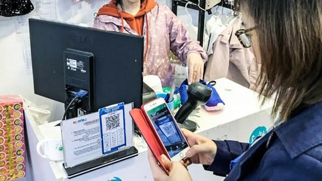 Một khách hàng sử dụng Zalo Pay của VNG để thanh toán khi mua hàng. Ảnh: Tomoya Onishi