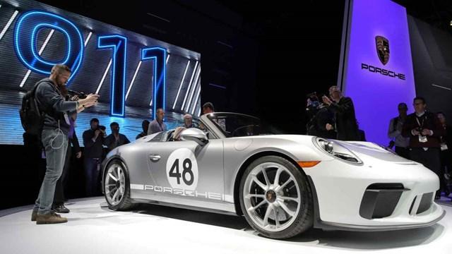 Porsche tiết lộ loại nhiên liệu xanh này có thể làm cho động cơ đốt trong sạch như xe điện. Ảnh: Reuters