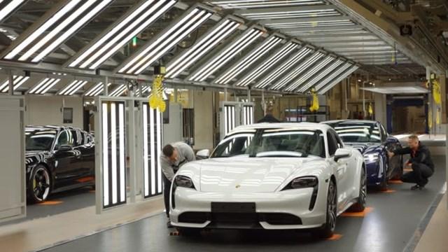 Porsche ra mắt chiếc sedan Taycan chạy điện vào năm 2020. Ảnh: Kosei Fukao