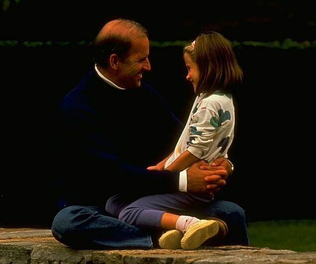 Joe Biden tươi cười bế con gái nhỏ Ashley