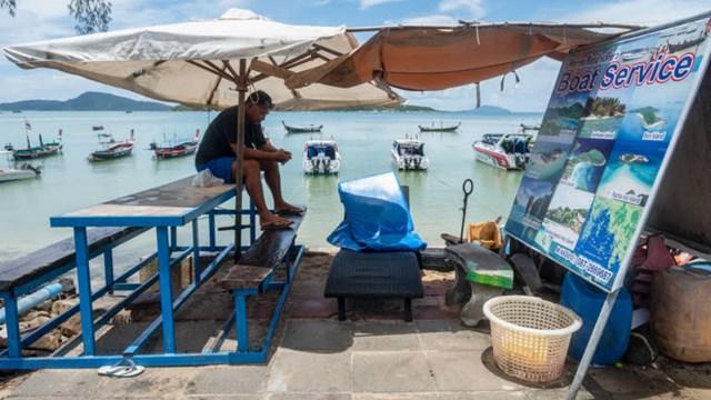 """Dịch Covid-19 bùng phát biến Phuket trở thành một """"thị trấn ma"""", không khách du lịch."""