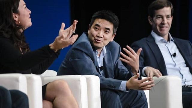 Eric Yuan (người ngồi giữa) là nhà sáng lập, đồng thời là giám đốc điều hành của Zoom Video Communications Inc.