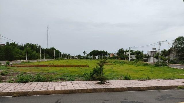 Một dự án đất nền tại xã Lộc An đang được môi giới chào bán. Ảnh: Trần Lân