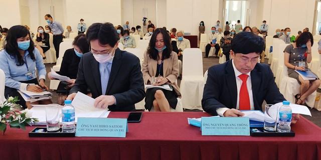 Tân Chủ tịch HĐQT Yasuhiro Saitoh (bên trái) có mặt rất sớm và chuẩn bị khá nhiều tài liệu, tuy nhiênĐạihội cổ đông lần 2 năm 2020 của Eximbank đã không tiến hành như mong đợi. Ảnh: Trần Lân