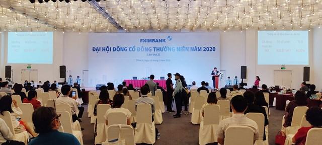 Đại diện Ban tổ chức thông báo hủy Đạihội cổ đông lần 2 năm 2020 của Eximbank diễn ra sáng ngày 29/7. Ảnh Trần Lân