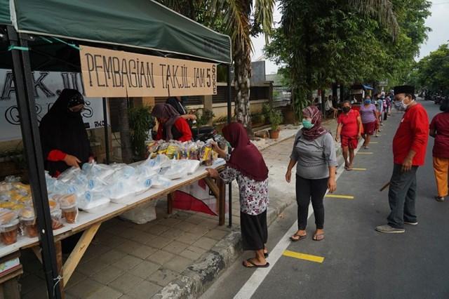Một gian hàng phát thức ăn miễn phí cho những người nghèo chịu ảnh hưởng bởi đại dịch ở Jakarta, Indonesia hồi tháng 5/2020. Ảnh: Getty Images
