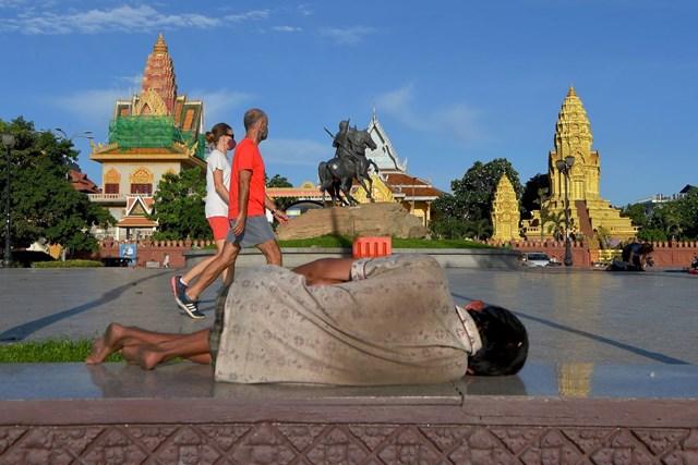 Một người dàn ông vô gia cư ở Phnom Penh (6/2020). Ảnh: Getty Images