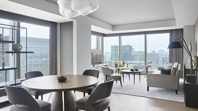 Four Seasons Hotel Otemachi. Khách sạn mở cửa vào mùa thu năm nay ở Otemachi, Tokyo. Tuy nhiên ban đầu nó được dự kiến sẽ khai trương vào tháng 7 năm ngoái để phục vụ cho Thế vận hội 2020 tổ chức tại Nhật Bản. Đây là khách sạn thứ 3 của Four Seasons tại nước này và thứ 2 ở Tokyo. So với khách sạn đầu tiên tại Marunouchi, Tokyo, khách sạn mới này rộng hơn với 170 phòng và 20 suite.