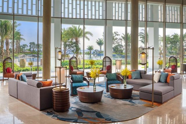 Movenpick Resort Cam Ranh (Khánh Hòa). Tọa lạc tại Bãi Dài, đây là khu nghỉ dưỡng giải trí phức hợp 5 sao quốc tế, gồm 118 căn biệt thự cao cấp, 250 phòng khách sạn, 132 căn residence đều hướng ra biển.