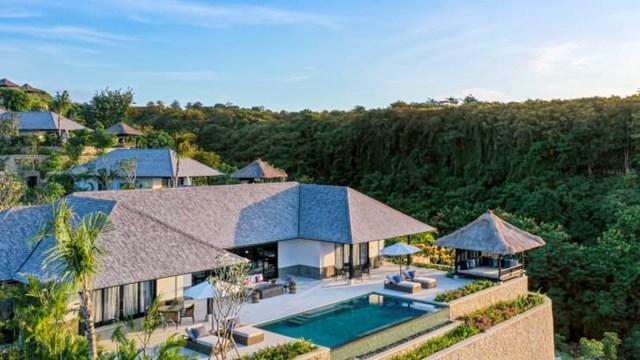 Raffles Bali. Khách sạn đi vào hoạt động đầu tháng 7/2020, đánh dấu khách sạn Raffles thứ 15 trên toàn thế giới của tập đoàn Accor. Khu nghỉ dưỡng bao gồm 32 biệt thự, tất cả đều có hồ bơi riêng và tầm nhìn toàn cảnh ra Ấn Độ Dương.
