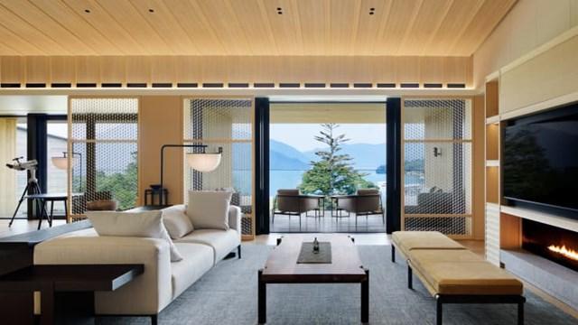 Ritz-Carlton Nikko. Khách sạn ở thành phố Nikko, tỉnh Tochigi này cũng mở cửa vào tháng 7. Khách sạn nằm cạnh hồ Chuzenji, là hồ tắm nước nóng tự nhiên được tạo thành từ nước có lưu huỳnh trong suốt, chuyển sang màu trắng sữa khi tiếp xúc với không khí.