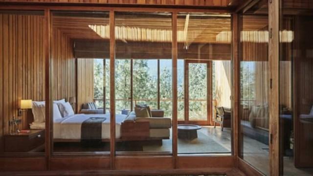 """Six Senses Bumthang. Được mở cửa vào tháng 3, đây là khách sạn thứ 5 và cuối cùng của tập đoàn điều hành khách sạn bền vững Six Senses ở Bhutan. Được ví như """"rừng trong rừng"""", 8 phòng suite và 1 biệt thự 2 phòng ngủ được xây dựng trong một rừng thông và ở trung tâm mỗi phòng suite là một cây thông non đang lớn."""