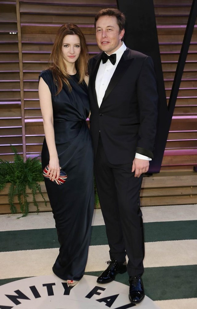 Ở thảm đỏ tiệc hậu Oscar 2014, Musk cài nơ bướm khi mặc suit đen khi đi cùng người vợ thứ hai Talulah Riley. Họ chia tay hai năm sau đó. Ảnh:Shutterstock.