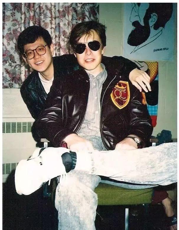 TheoElle, Elon Musk là người có gu mặc riêng. Thời trẻ, anh chuộng những món đồ phóng khoáng như áo khoác bomber, quần jeans mài, jacket da, sơ mi kẻ, áo phông, kính phi công, sneakers... mang đậm phong cách thời trang thập niên 1990. Ảnh:Instagram Elon Musk.