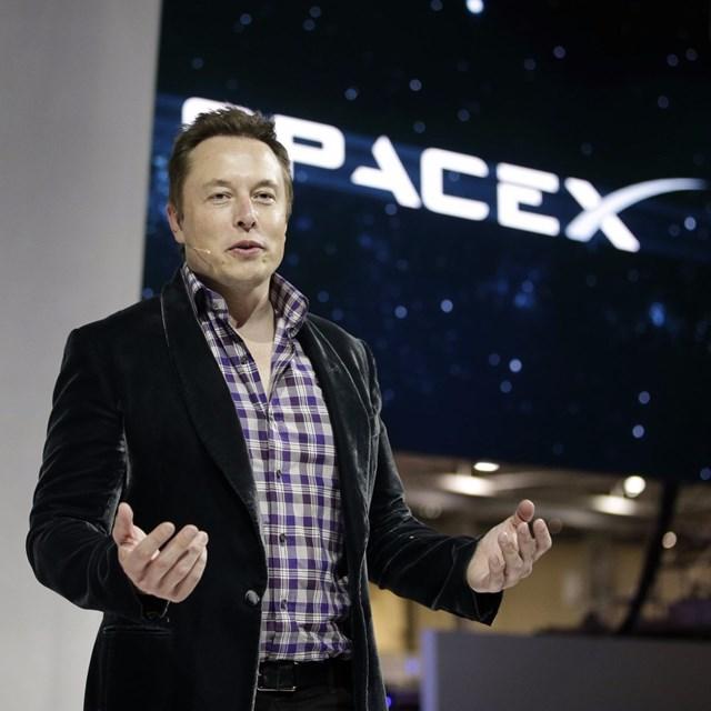 Musk thích áo vest nhung của Alexander McQueen. Anh mua nhiều màu khác nhau để diện dần. Ảnh:AP.