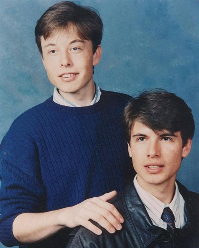 Elon Musk (trái) sinh năm 1971 tại Nam Phi trong gia đình có mẹ là cựu người mẫuMaye Musk, bố là kỹ sư cơ điện. Là ông chủ của tập đoàn công nghệ khám phá không gian SpaceX, công ty SolarCity, tập đoàn Telsa Motors và công ty Paypal, Musk hiện sở hữu tài sản hơn 9,5 tỷ USD, trở thànhngười giàu nhất thế giới. Ảnh:Instagram Elon Musk.