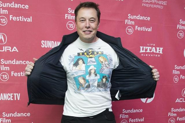 Musk khoe áo phông của Telsa cùng áo khoác bomber, quần jeans đen đồng điệu sneakers khi tới dự liên hoan phim Sudance năm 2015. Ảnh:Reddit.
