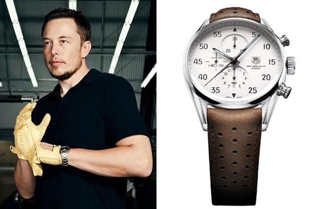 Musk có thú chơi đồng hồ độc đáo. Anh hiếm khi chọn đồng hồ hào nhoáng đắt tiền đến từ các thương hiệu đình đám. Thay vào đó, anh chọn thiết kế đề cao tính thiết thực gắn với thương hiệu của chính mình: TAG Heuer Carrera Calibre 1887 Space X. Thiết kế được lấy cảm hứng từ Heuer 2915A - chiếc đồng hồ bấm giờ đã biến TAG Heuer trở thành thương hiệu đầu tiên xuất hiện ngoài Trái đất - của đại tá John Glenn. Phiên bản được phát hành giới hạn vào năm 2012 để tôn vinh tham vọng của SpaceX đưa người lên sao Hỏa năm 2024. Đồng hồ mang họa tiết tên lửa ở cả hai mặt. Nó từng được đưa lên vũ trụ, du hành trên tàu Dragon của Space X trong nhiệm vụ đến Trạm vũ trụ quốc tế. Với cọc số theo kiểu 1/5, đồng hồ được coi là công cụ hoàn hảo giúp Elon Musk chia thời gian để thực hiện khối lượng công việc hàng ngày. Trước khi bắt tay hãng đồng hồ Thụy Sĩ TAG Heuer, anh từng đeo chiếc Omega Seamaster Aqua Terra. Ảnh:Instagram Elon Musk.